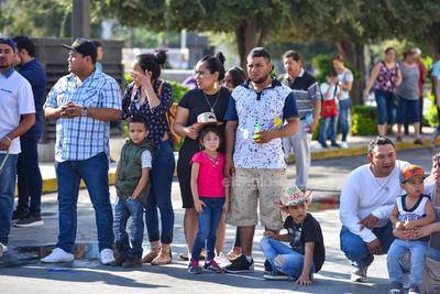 Familias enteras acudieron a presenciar el desfile.
