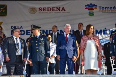 Se montó un espacio para las autoridades municipales, estatales y municipales que presenciaron el desfile.