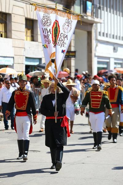 Los tonos tricolores inundaron las calles mientras las familias paulatinamente se aglutinaron en busca de los mejores espacios para presenciar el desfile.