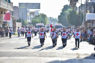 Se llevan aplausos. Quienes también fueron reconocidos con aplausos por los ciudadanos que acudieron al desfile, fueron los integrantes de la Cruz Roja Mexicana, quienes incluso formaron una escolta.
