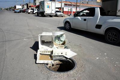 Sin tapa. Por si fuera poco con el problema de aguas estancadas, en el mismo suroriente de Torreón hay una alcantarilla sin tapa, la cual tuvo que ser señalizada con basura electrónica para evitar algún accidente.