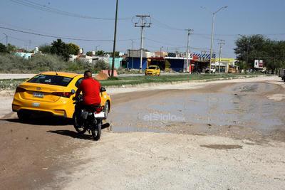 Daña vialidades. Pese a ser una importante vía de acceso vehicular en la avenida Paseo del Tecnológico y bulevar de La Libertad, el pavimento ya está totalmente dañado por las fugas de agua de alcantarillado.