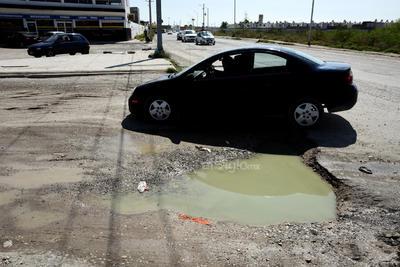 Hundimientos. El suroriente de Torreón padece además de grandes baches, los cuales hacen pequeñas lagunas de aguas malolientes. Los conductores transitan con temor a caer en estos hoyancos y sufrir una avería en sus vehículos.