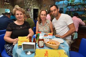 16092019 DISFRUTANDO DE UNA DELICIOSA COMIDA.  Martha, Paola y Uriel.