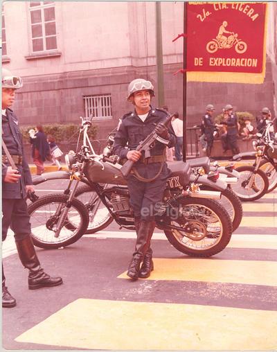 Hace 35 años el cabo fusilero paracaidista Rodolfo Álvarez Rángel, abriendo el desfile militar del 16 de septiembre de 1984, en la Cd. de México.