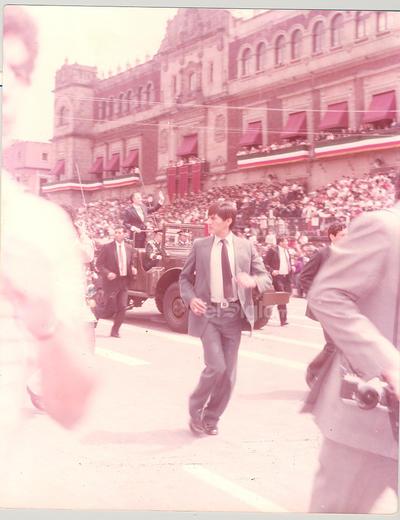 HACE 35 AÑOS EL 16 DE SEPTIEMBRE DE 1984 EL EXPRESIDENTE DE LA REPÚBLICA LIC. MIGUEL DE LA MADRID HURTADO ARRIBANDO AL PALACIO NACIONAL PARA PRESENCIAR EL DESFILE MILITAR EN LA CD. DE MÉXICO, D.F.