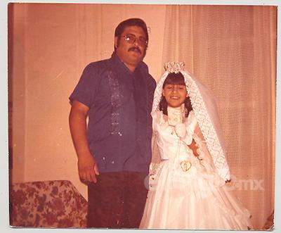 GERARDO VEYNA HERRERA, MAYELA VEYNA REYES EN SU PRIMERA COMUNIÓN ENERO 1977.