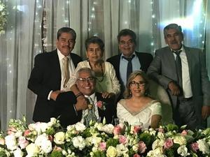 15092019 HERMANOS PUENTES GONZáLEZ.  Lic. Félix, Mercedes, David y Jorge acompañando a los novios Lupita y Tomás Frausto.