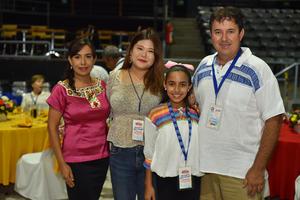 14092019 NOCHE MEXICANA DE LOS ROTARIOS.  Mónica, Darlene, Daniela y Fernando.