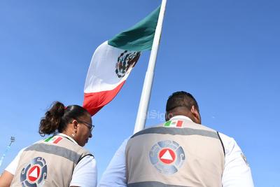 Corporaciones de seguridad, elementos de Cruz Roja, Bomberos y Vialidad llevaron a cabo protocolos para la salida de personal y usuarios hasta la explanada de la Plaza Mayor.