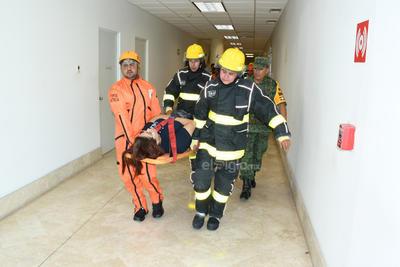 Prevención. En presidencia se simuló un incendio con personas lesionadas en el interior del edificio, con el objetivo de concientizar sobre la prevención.