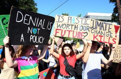 Manifestantes se congregaron con pancartas en las calles.