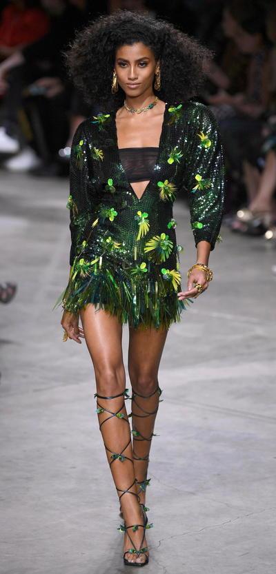 Impacta Jennifer Lopez en pasarela de Versace en Milan Fashion Week