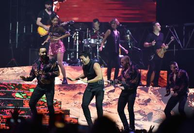 Ocho músicos, dos coristas y ocho bailarines fueron los cómplices del nacido un 28 de junio durante el espectáculo.