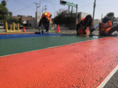 Pinta de rayas de pasos peatonales en Avenida Matamoros y Acuña.
