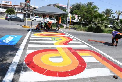 De colores. Lineas rojas y amarillas con diversas formas llaman la atención de conductores en el paso peatonal que se ubica en el cruce del bulevar Independencia y avenida Abasolo.