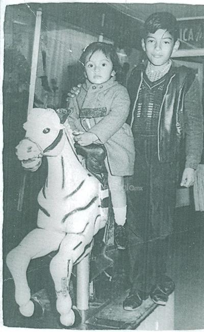 En la Ciudad de México, Marytere Limones en compañía de su hermano Javier Gerardo. Fotografía de 1968.