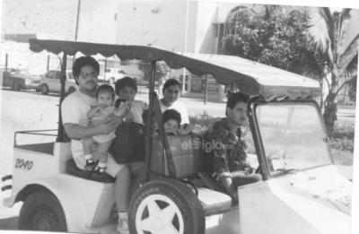 Viaje en familia a la playa en Mazatlán. Guillermo Plata, Marisol Rosales, Eunice Alvarado; junto a los pequeños, Jesús Guillermo, Marisol y Mercedes, en el año de 1995.