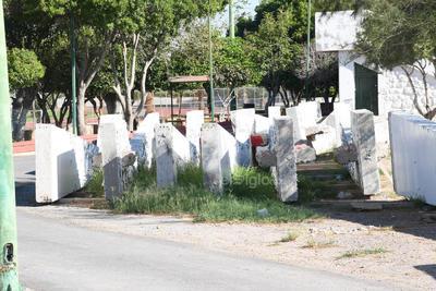 Sin resguardo. Así lucen las columnas del monumento al Torreón que se ubicaba hasta marzo de 2017 erigido en la Plaza Cívica del municipio.