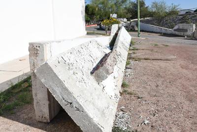 Arrumbado. Con un peso total de 18 toneladas y una altura de 14 metros, cada una de las secciones de la obra terminó a un lado de uno de los gimnasios y las canchas de futbol de la Unidad Deportiva Torreón, donde la pintura se les ha terminado por caer.