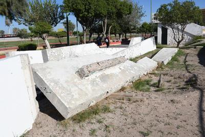 Desprotegido. Al momento de su llegada a la Unidad Deportiva, el monumento había sido protegido por plástico color negro, sin embargo, esto no es así en la actualidad.