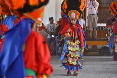 Se trata de la presentación del grupo de danza de la Santa Cruz Los Bachos, fundado en 1951 por Venancio Rodríguez, en las devotas terrazas del Cerro de la Cruz, en Torreón.