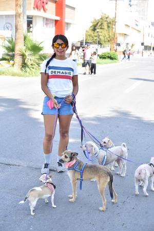 24092019 Laura Robles, paseando a sus perritos.
