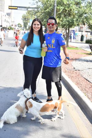 24092019 Carolina y Juan de paseo con sus mascotas.