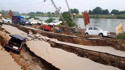 Carreteras y edificios se vieron vulnerados.