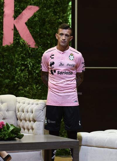 Santos Laguna presenta playera color rosa