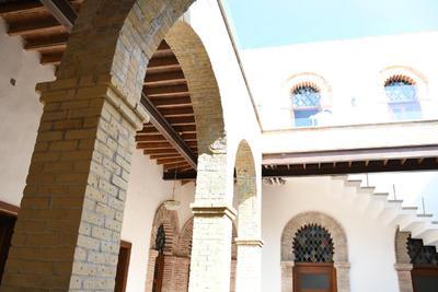 Fue durante los primeros meses de este año que se emprendió el proyecto de restauración de la casa erigida en 1907 por el doctor Alberto Álvarez García, quien se inspiró en los edificios de numerosas comunidades de origen árabe de España para la edificación.