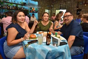 25092019 DISFRUTAN DE SU COMPAñíA.  Pamela, Claudia y Antonio.