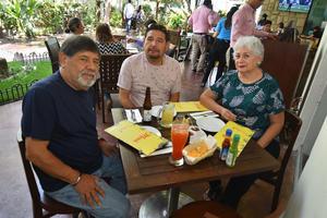 25092019 EN SU RESTAURANTE FAVORITO.  Alejandro, Rubén y María Luisa.