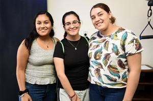 25092019 EN UNA INAUGURACIóN.  Ana Sofía, Marijose y Andrea.