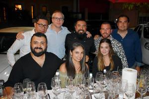 25092019 DELEITAN SU PALADAR.  Grupo de amigos disfrutó de reciente cena maridaje.