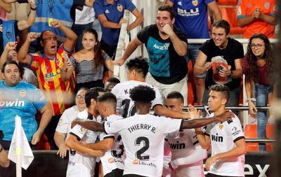Los jugadores del Valencia celebran el segundo gol marcado por el uruguayo Maximiliano Gómez durante el partido entre Valencia y Getafe.