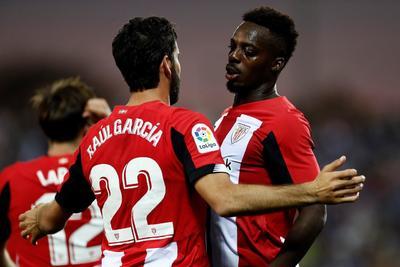 El centrocampista del Athletic Raúl García celebra con su compañero, el delantero Iñaki Williams el gol que ha marcado ante el Leganés.