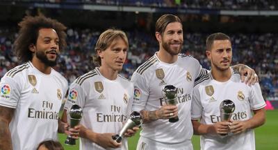Los jugadores del Real Madrid seleccionados en el once inicial de los premios The Best 2019 de la FIFA, posan con sus trofeos antes del partido ante el Osasuna.