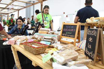 Como parte del evento, en el Centro de Convenciones se instalaron una gran cantidad de productores locales con alimentos procesados, orgánicos y en diferentes preparaciones.
