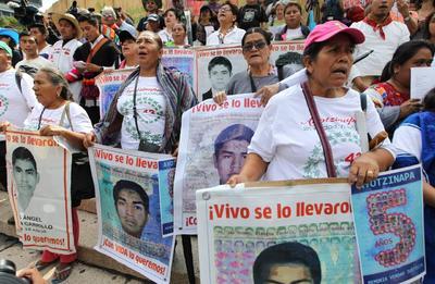 Posterior a la misa, un contingente de padres, asociaciones y grupos comenzaron una marcha rumbo al Zócalo capitalino.