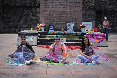 Papalotes por los 43 en Tlatelolco.