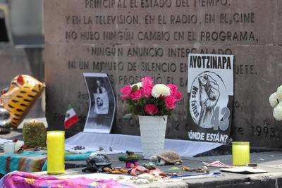Papalotes y ofrendas por los 43 en Tlatelolco.
