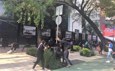 Un grupo de personas encapuchadas han aprovechado la movilización para generar destrozos y vandalismo en diversos inmuebles.