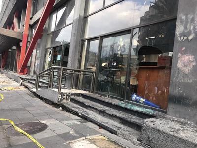 Los encapuchados quebraron vidrios de comercios y restaurantes.