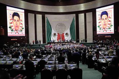Padres de los 43 normalistas de Ayotzinapa, desaparecidos hace cinco años, acudieron a la Cámara de Diputados.