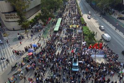 Padres de los 43 normalistas de Ayotzinapa desaparecidos hace cinco años encabezan la marchan sobre Paseo de la Reforma.