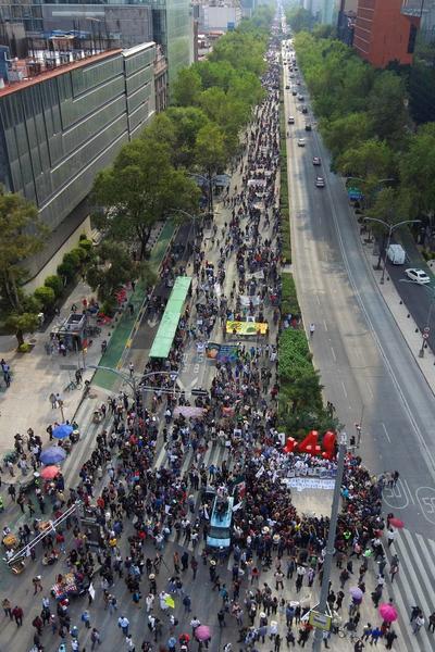 Padres de los 43 normalistas de Ayotzinapa desaparecidos hace cinco años encabezan la marchan sobre Paseo de la Reforma rumbo al Zócalo para exigir justicia.