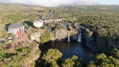 Teniendo como escena las cascadas de El Saltito, los globos realizaron un vuelo de exhibición.