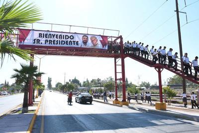 En su camino a Matamoros, laguneros dieron la bienvenida al mandatario.