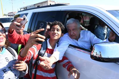 López Obrador se mostró dispuesto a las selfies que le pedían los laguneros.